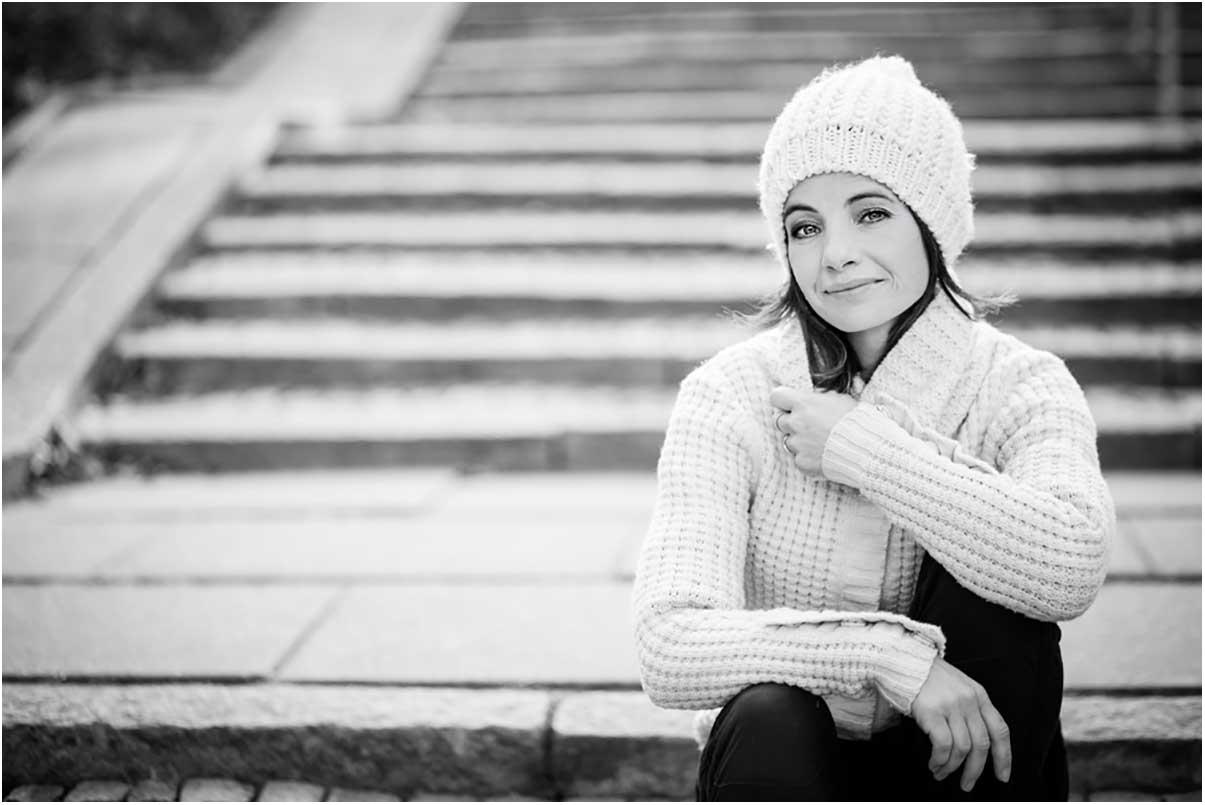 portræt udendørs kvinde sort hvid Svendborg